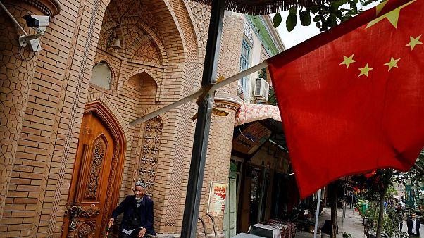 Doğu Türkistan'ın Kaşgar kentinde bir Uygur ve Çin bayrağı