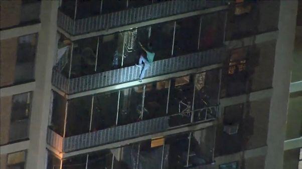 رجل يتحدر من أعلى مبنى شاهق أثناء حريق نشب فيه يوم الخميس- فيلادلفيا. 2019/07/18. أسوشيتد برس