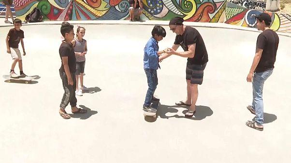 التزلج على الألواح الخشبية لمساعدة الأطفال المصابين بصدمات نفسية جراء الحرب بسوريا