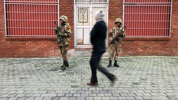 سربازان آفریقای جنوبی پس از مانور قدرت از حومه پایتخت خارج شدند
