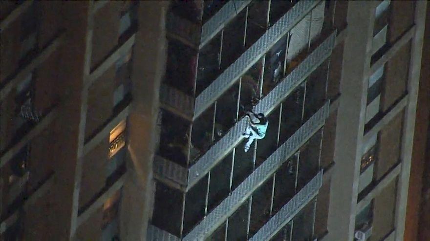 ویدئو؛ فرار از ساختمان آتشگرفته از جدار بیرونی طبقات