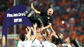لاعبون من المنتخب الجزائري يرفعون المدرب جمال بلماضي احتفالاً بإحراز اللقب