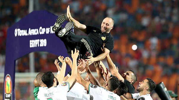 Djamel Belmadi, ct dell'Algeria, festeggiato dai suoi giocatori.