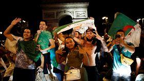 مشجعون للمنتخب الجزائري بالقرب من قوس النصر في باريس