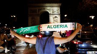 شابة جزائرية تحتفل بجادة شانزيلزيه بباريس بفوز منتخب بلادها على السنغال بكأس أمم إفريقيا. تموز 2019