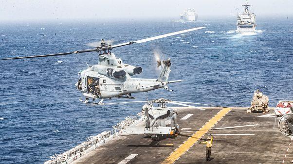 """مروحية عسكرية تابعة للبحرية الأميركية تقلع من سفينة الهجوم """"برمائي"""" يو إس إس بوكسر في خليج عمان. تموز 2019"""