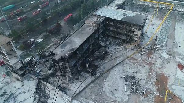 آثار الدمار التي خلفها الانفجار في مصنع التغويز