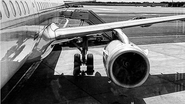 Kaçak yolculuk girişimi: Havalanmak üzere olan uçağın kanadından binmeye çalıştı