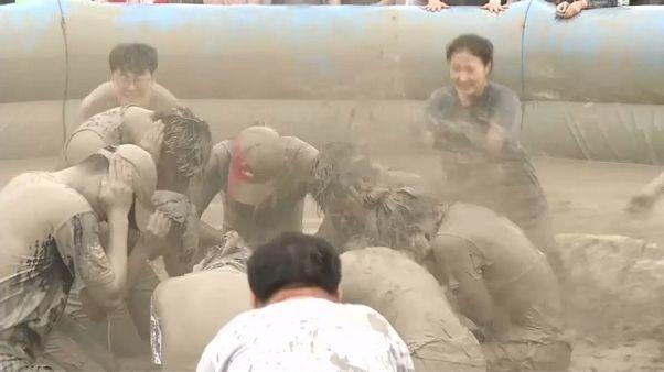جشنواره گِل در کره جنوبی؛ فرار از گرما، مراقبت از پوست و آرامش روان