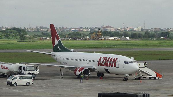 مردی لحظاتی قبل از پرواز هواپیما، روی بال آن پرید