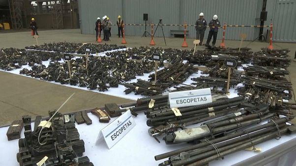 شاهد: بيرو تدمر أكثر من 12 ألف قطعة سلاح في مشهد لم تعرفه البلاد من قبل