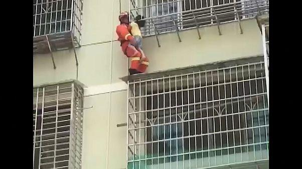 شاهد: إنقاذ طفلة في الصين بقيت معلقة في الهواء بين قضبان نافذة 10 دقائق