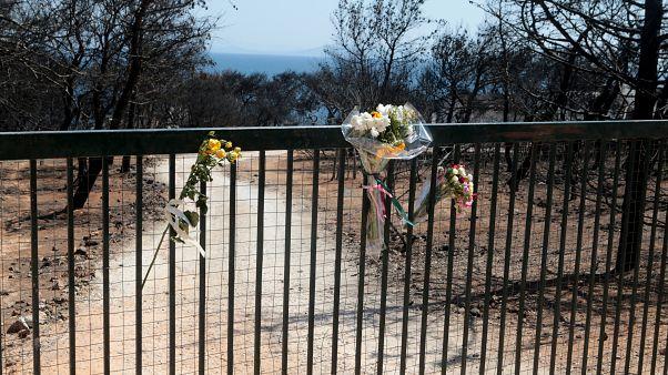 Λουλούδια στα κάγκελα του οικόπεδου, όπου έχασαν την ζωή τους 26 άνθρωποι