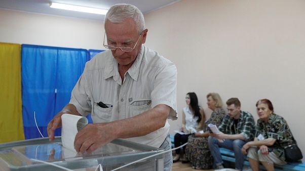 Ukrayna'da halk erken genel seçim için sandık başında