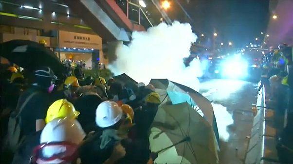 Batalla campal en Hong Kong entre policía y manifestantes