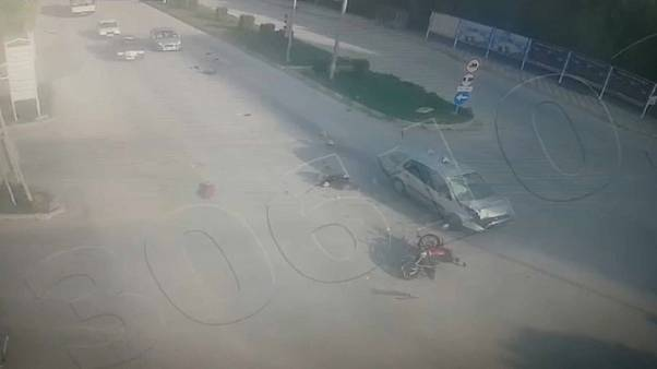 شاهد: سيارة مسرعة تصطدم بدراجة نارية عند إشارة مرور في تركيا