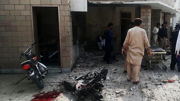 موقع التفجير الانتحاري عند مدخل مستشفى بإحدى ضواحي مدينة ديرة إسماعيل خان شمال غرب باكستان. تموز 2019