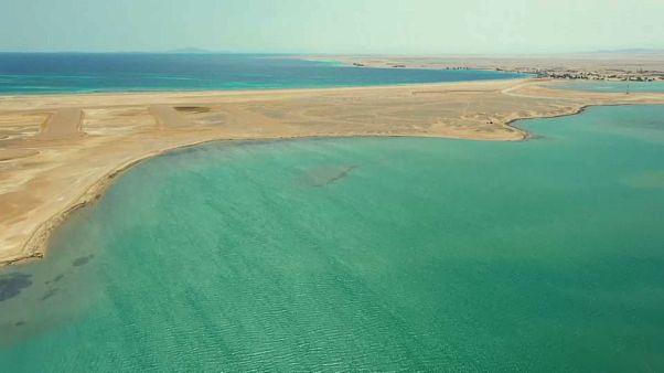 Suudi Arabitan'ın NEOM sahillerinde plaj futbolu ve su sporları keyfi