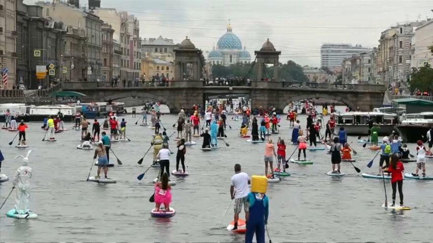 ویدئو؛ پدال زنی از روی تخته در کانالهای شهر سن پترزبورگ روسیه