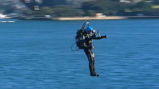 الرجل الطائر بالدفع النفاث يحلق فوق ميناء سيدني بالذكرى الخمسين لهبوط اول إنسان على سطح القمر