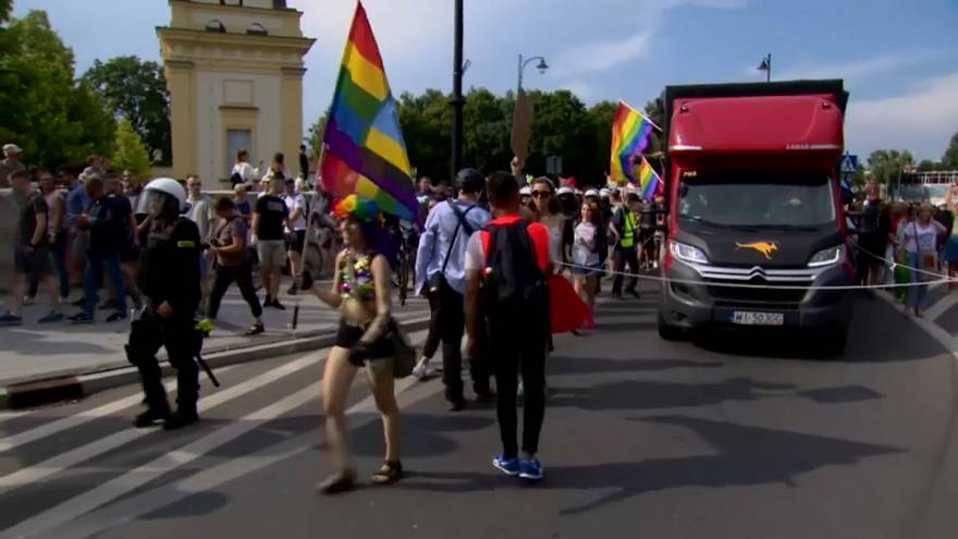 Polonya'da LGBTİ+ yürüyüşüne aşırı sağcılardan saldırı