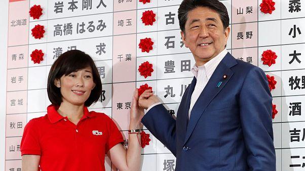 Japonya Başbakanı Şinzo Abe ve LDP adayı Tamayo Marukawa (solda)