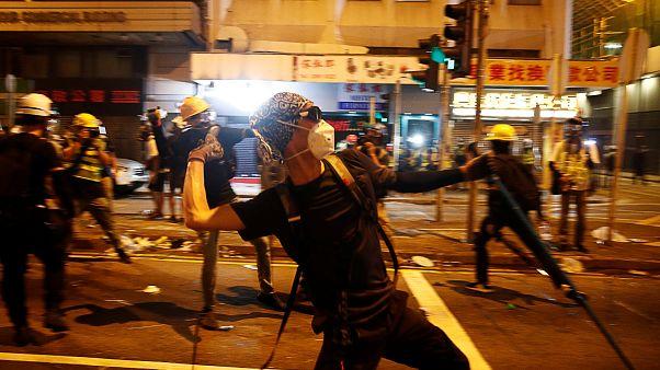 Hong Kong: Yüzleri maskeli grup, Pekin karşıtı göstericilere demir sopalarla saldırdı