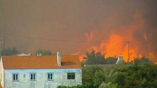 El fuerte viento impide la extinción del fuego en el centro de Portugal