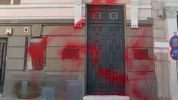Μπογιές στο κτίριο του ΣΕΒ έριξαν μέλη του Ρουβίκωνα - Δύο συλλήψεις