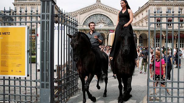 """Camille et Manolo """"Centaures"""", une apparition gare de l'Est à Paris"""