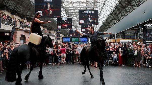 شاهد: عرض بالخيول داخل محطة قطار باريسية وسط ذهول الجمهور