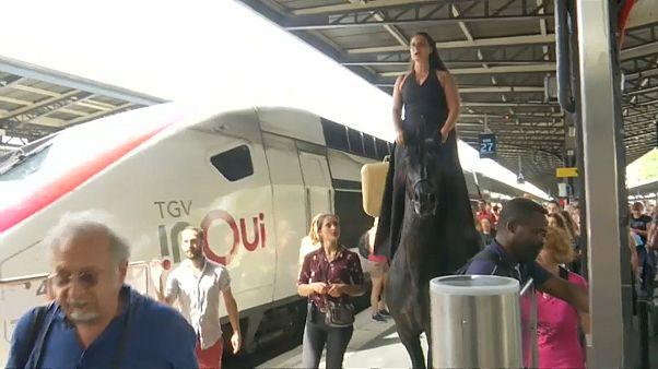 Da steht ein Pferd... auf dem Bahnhof