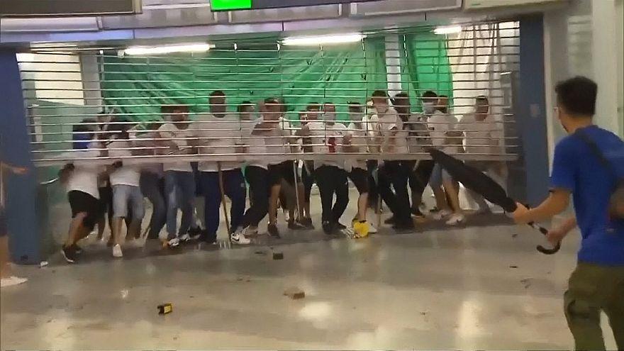 ویدئو؛ حمله نیروهای لباس شخصی به شهروندان هنگ کنگ