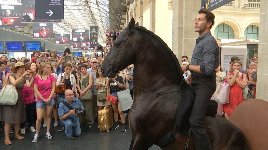 ویدئو؛ هنرنمایی با اسب در ایستگاه قطار پاریس