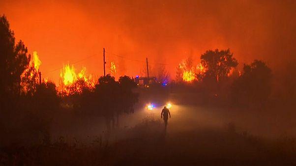 شاهد:  نشر أكثر من ألف رجل إطفاء لإخماد حرائق في وسط البرتغال