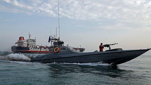 """Ein Boot der iranischen Revolutionsgarden fährt vor dem festgesetzten Tanker """"Stena Impero"""""""