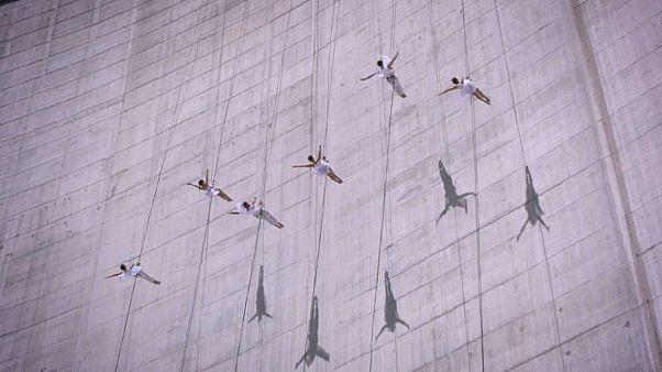 Ελβετία: Εντυπωσιακός χορός ακροβατών σε φράγμα!