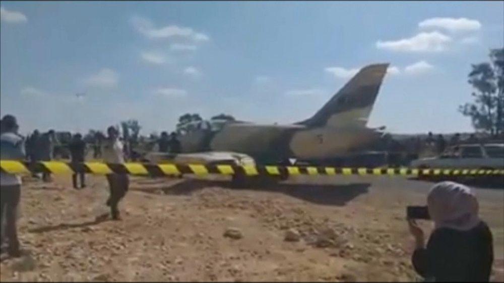 شاهد: طائرة حربية ليبية تهبط اضطراريا على الطريق في بلدة جنوبي تونس   Euronews