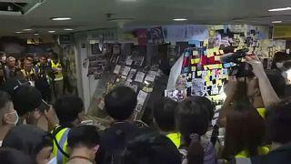 Szétverték a tüntetők egy kínabarát hongkongi képviselő irodáját