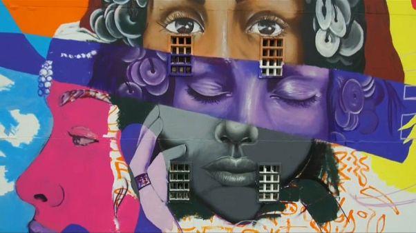 شاهد: فنانو غرافيتي يزينون مباني وشوارع مدينة الدار البيضاء المغربية