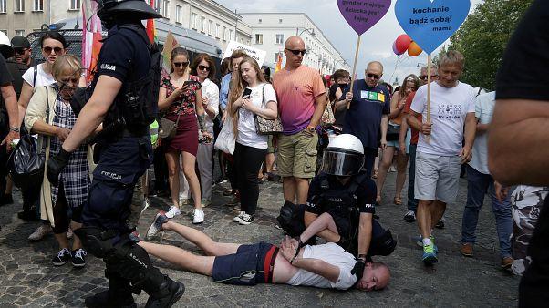 شرطي بولندي يعتقل متظاهرا من أقصى اليمين ممن حاولوا إعاقة تنظيم تجمع مؤيد للمثليين
