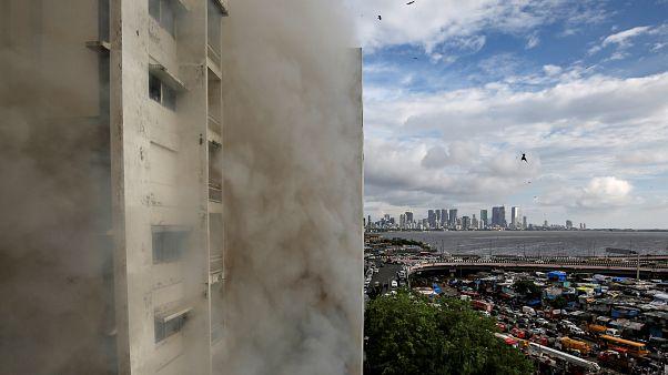 دخان يتصاعد إثر حريق في مبنى بمدينة مومباي الهندية