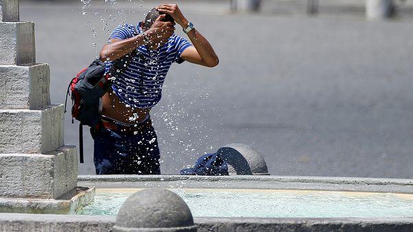 رجل يغسل وجهه ورأسه في إيطاليا خلال موجة الحر السابقة