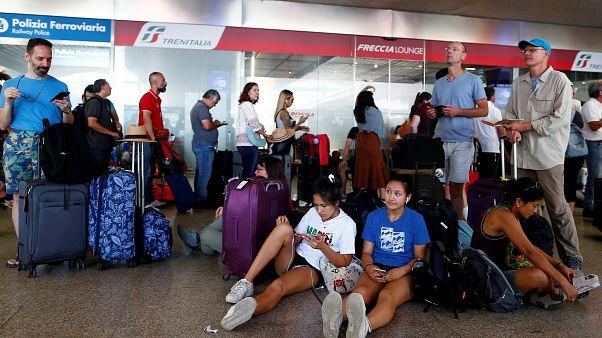 Gestrandete Reisende am Bahnhof Termini in Rom.