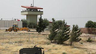 جنود اتراك يقفون أعلى برج مراقبة على الحدود السورية التركية بالقرب من محافظة ادلب السورية