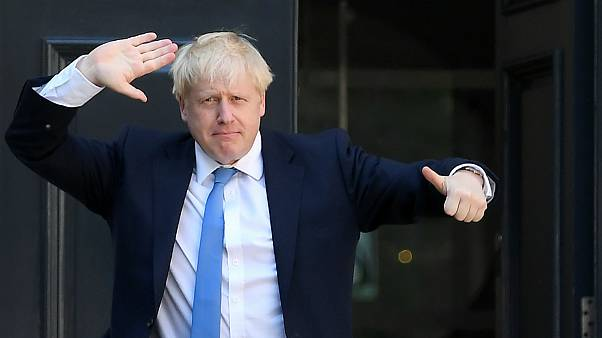 Boris Johnson celebra à porta da sede do Partido Conservador britânico