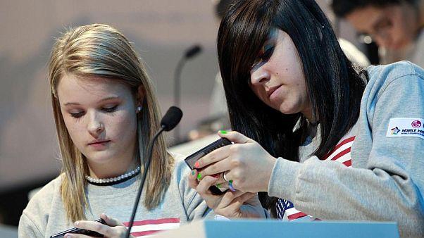 Akıllı telefon kullanan gençler