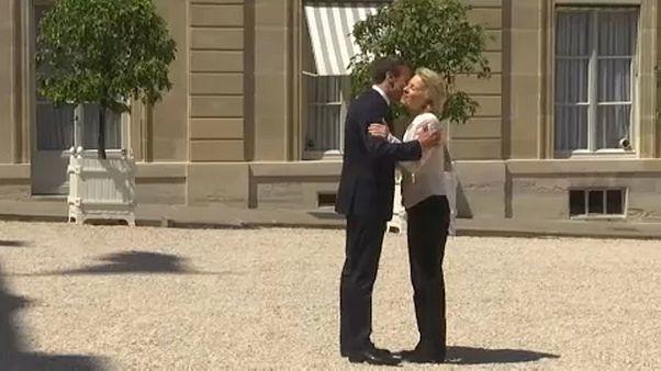 Von der Leyen und Macron kämpfen Seit an Seit