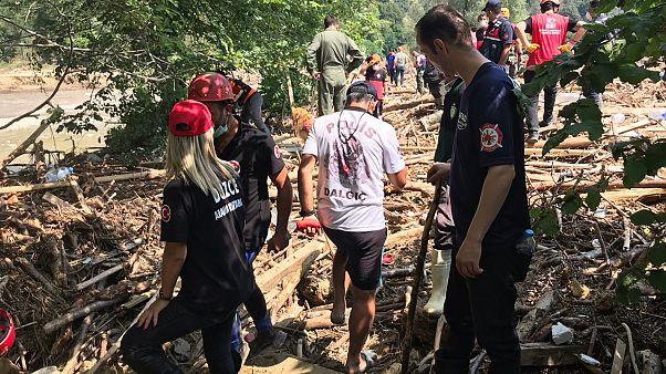 Su baskını ve toprak kayması yaşanan Düzce'nin Akçakoca ilçesine bağlı Uğurlu köyünde bir kadın ile çocuk cesedi bulundu. ( Ömer Ürer - Anadolu Ajansı )