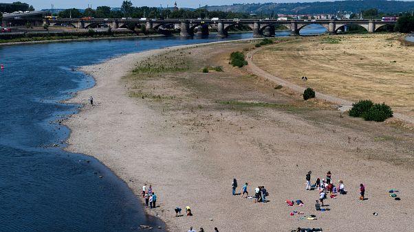 Az Elba folyó kiszáradt partja Drezda belvárosában 2019. július 10-én.